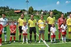 Bei idealen äusseren Bedingungen trat der FC St.Gallen am Samstag zum Testspiel in Bazenheid an (1:1). Für Damian Scherrer bleibt der Tag unvergessen, er durfte den Matchball aufs Feld tragen. (Bild: Beat Lanzendorfer)