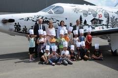 Zum Schluss gab es noch die Fotosession vor einem Flugzeug von Pilatus. Kindergarten 1e Buochs.