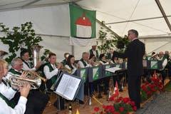 Mit Brillanter Blasmusik unter der Leitung von Paul Gisler gratulierte die Musikgesellschaft Sisikon zum Jubiläum. (Bild: Georg Epp (Sisikon, 24. Juni 2018))