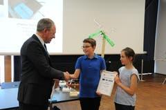 Pilatus Personalchef Kurt Bucher zeichnet die Buochser Anna Käppeli und Fabio Mathis für ihr Projekt Fanas Tauchgerät aus.
