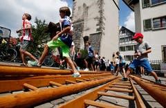 Über die Leitern. (Bild: Stefan Kaiser (Zug, 25. Juni 2018))