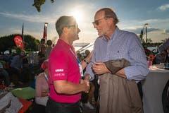 Dolfi Müller (links) gratuliert OK-Präsident Daniel Schärer zum gelungenen Fest (Bild: Christian H. Hildebrand, 23. Juni 2018).