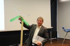 Bildungsdirektor Res Schmid mit einem Windrad. Eines von etlichen weiteren kreativen Projekten, das aber nicht ausgezeichnet wurde.