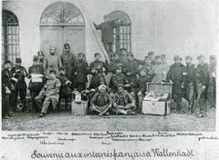 Erinnerung an die 1871 in Walenstadt internierten Franzosen der Bourbaki-Armee. In der Bildmitte zwei Soldaten wohl aus Nordafrika, umgeben von Schweizer Armeeangehörigen, darunter auch mehrere Werdenberger. (Bild: Foto in Privatbesitz)