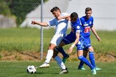 Luzerns Ruben Vargas (Mitte) gegen Winterthurs Davide Calla. (Bild: Martin Meienberger / Freshfocus (Luzern, 23. Juni 2018))