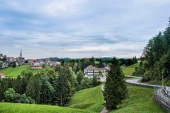 Schwellbrunn liegt auf einer kleinen Erhöhung mitten im Grünen. (Bild: Jil Lohse)
