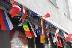 Die Flaggen aller an der WM in Russland teilnehmenden Nationen flattern an einem Restaurant im Zentrum der Lachen im Wind.