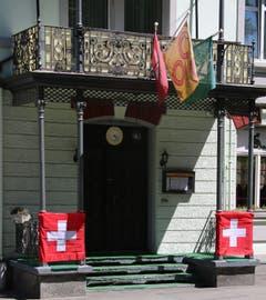 Sicher Schweizer Fahnen, der Rest ist egal, solange es schön bunt ist: ein Restaurant-Eingang am Singenberg.