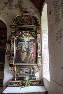Der rechte Seitenaltar der Schlachtkapelle Sempach zeigt eine gekrönte Heilige, die betend den Märtyrertod erwartet. (Bild: Boris Bürgisser, 18. Juni 2018)