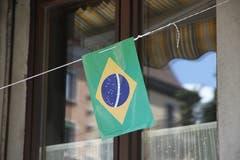 Ein einsames Brasilien-Fähnchen an einer Beiz in der Altstadt.