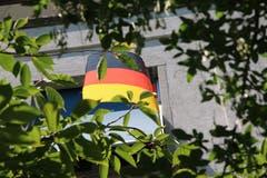 Eine unauffällige deutsche Fan-Fahne an einem Haus an der Lindenstrasse in St.Fiden.