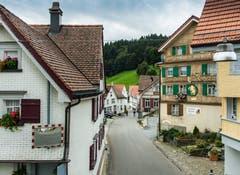 Schmale Strassen führen durch das Dorf. (Bild: Jil Lohse)