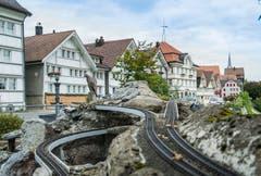 Eine Miniatureisenbahn fährt durchs Dorf. (Bild: Jil Lohse)