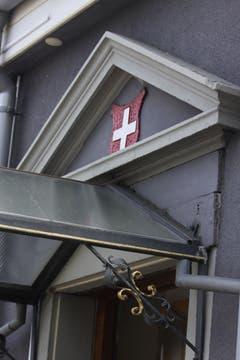 Das Schweizer Kreuz über einem Restaurant-Eingang an der Vonwilstrasse hat nichts mit der WM zu tun: Es gehört von jeher zum «Logo» des Restaurants Eidgenössisches Kreuz.