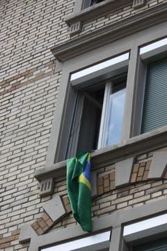 Die Brasilien-Fahne ein paar Häuser weiter hat auch schon bessere Tage gesehen, wird aber sicher vor dem nächsten Spiel der Seleção wieder ordentlich aufgehängt.