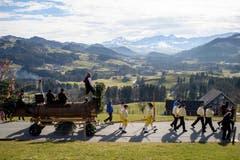 Am Fasnachtsmontag ziehen starke Männer das Bloch, einen geschmückten Baumstamm, von Urnäsch durchs Appenzeller Hinterland. (Bild: Keystone/Gian Ehrenzeller)