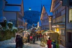 Doch nicht nur Schwellbrunns Äusseres überzeugt, sondern auch sein Inneres: Am Weihnachtsmarkt wird das Dorfleben zelebriert. (Bild: Carmen Wüest)