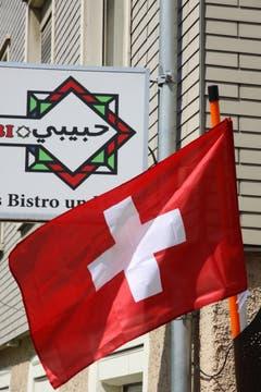 Fussball-Freundschaft in der Lachen: Der Betreiber eines arabischen Bistros an der Zürcher Strasse lässt die Schweizer Fahne wehen.