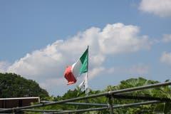 Eine im Wind flatternde Fahne im Familiengarten Feldli, die ganz, ganz sicher nichts mit der laufenden WM zu tun hat: Italien hat diesmal die Qualifikation verpasst.