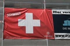 Kommerziell angehauchter Schweiz-Jubel an einem Baugerüst in St.Fiden.