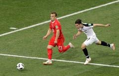 Xherdan Shaqiri (links) ist schneller als Bryan Oviedo. Bild: Mark Baker / AP