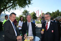 Beim Apéro: Die Landräte René Wallimann (CVP, links) und Alexander Joller (SVP, mitte) mit Landweibel Edy Amstad. (Bild: Sepp Odermatt (Stansstad, 27. Juni 2018))