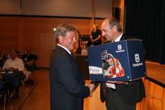 Toni Mathis, Gemeindepräsident von Emmetten, gratuliert dem neuen Landammann. (Bild: Sepp Odermatt (Stansstad, 27. Juni 2018))