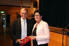 Die ehemalige Frau Landammann Yvonne von Deschwanden beschenkt den höchsten Nidwaldner. (Bild: Sepp Odermatt (Stansstad, 27. Juni 2018))