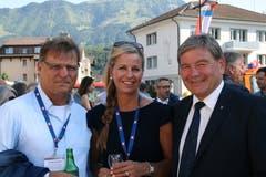 Ebenfalls unter den Gästen: Oliver Fuchs (links) und Partnerin Heidi zusammen mit Landammann Res Schmid. (Bild: Sepp Odermatt (Stansstad, 27. Juni 2018))