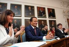 Applaus für den eben gewählten Kantonsratspräsidenten Peter Wälti (Mitte) von den Sitznachbarn Monika Rüegger und Leo Spichtig (Bilder Markus von Rotz (Sarnen, 29. Juni 2018))