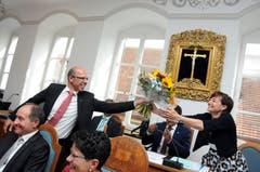 Christoph Amstad erhält Blumen zu seiner erstmaligen Wahl als Landammann - und gibt sie aus Platzgründen an Landschreiberin Nicole Frunz Wallimann weiter.