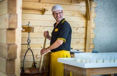 Arenenberg TG - Arenenberger Tag. Marktstände mit einer Vielzahl regionalem Käse. Tag der offenen Tür. Schaukäserei aus Pfyn.