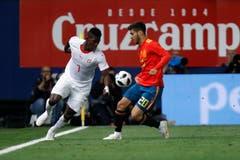 Der Schweizer Breel Embolo (links) und der Spanier Marco Asensio kämpfen um den Ball. (Keystone/AP Photo/Alberto Saiz)
