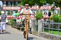 Paul Frischknecht kommt mit seinem hölzernen Hochrad daher gefahren.