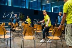Freiwillige Helfer bauen die Bühne zwischen den einzelnen Auftritten um. (Bild: Philipp Schmidli (Eschenbach, 3. Juni 2018))