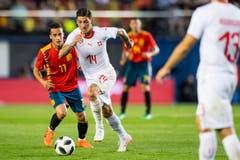 Spaniens Lucas Vazquez (links) kämpft um den Ball gegen den Schweizer Steven Zuber. (Bild: Keystone/Laurent Gillieron)