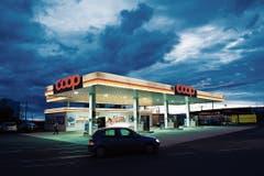 Tankstelle von Arne Jacobsen in Kopenhagen, 1938 erbaut heute eine Designikone. (Bild: Vincent Linder, Schöner Tanken, Gestalten 2018)