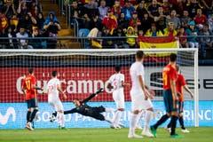 Der Schweizer Goalie Yann Sommer erreicht den Ball nicht mehr. Der Schuss von Spaniens Odrizola landet im Tor. (Keystone/Laurent Gillieron)