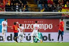 Der Schweizer Ricardo Rodriguez (3. von links) trifft zum 1:1 gegen den spanischen Goalie David de Gea. (Bils: Keystone/Laurent Gillieron)