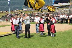 Max Gisler, OK Präsident von Altdorf (links) übergibt die Kantonalfahne an Alois Zurfluh, dem OK-Präsidenten von Attinghausen. (Bild: Paul Gwerder, Attinghausen, 3. Juni 2018)