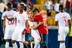 Beim Freundschaftsspiel finden der Schweizer Xherdan Shaqiri (Mitte) und der Spanier Thiago Alcantara Zeit für eine Umarmung. (Keystone/Laurent Gillieron)