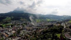 Der Rauch des Feuers in Kriens war weitherum sichtbar. (Bild: Leserbild Bruno Gysin)