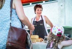 Arenenberg TG - Arenenberger Tag. Marktstände mit einer Vielzahl regionalem Käse. Tag der offenen Tür. Susanne Tritten.