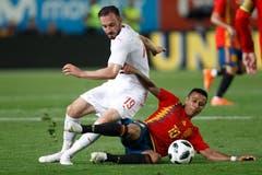 Der Schweizer Josip Drmic (links) liefert sich ein Duell um den Ball mit Spaniens Thiago. (Bild: Keystone/AP Photo/Alberto Saiz)