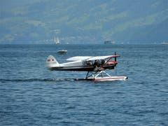 Nur ganz selten hat man das Glück im Hergiswiler-Seebecken den Start eines Wasserflugzeuges zu erleben. «Im richtigä Momänt am richtigä Ort!». (Bild: Margrith Imhof-Röthlin)