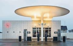 Tankstelle von Arne Jacobsen in Kopenhagen, 1938 erbaut, heute eine Designikone. (Bild: Vincent Linder, Schöner Tanken, Gestalten 2018)