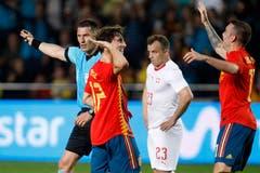Spaniens Odriozola (2. von links) feiert sein Tor für Spanien mit Teamkollege Lucas Vazquez. (Keystone/AP Photo/Alberto Saiz)
