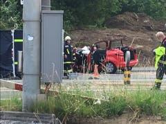 Der zerstörte rote Personenwagen (Bild: Thomas Erni/Radio Pilatus)