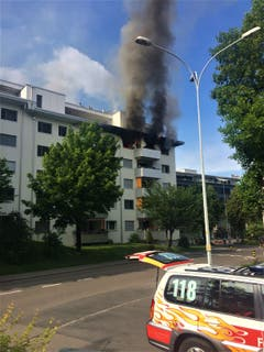 Schwarzer Rauch dringt aus der ausgebrannten Wohnung. (Bild: Leserbild Werner Lanski)