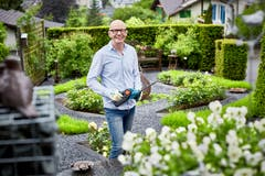 Im Garten-Eldorado daheim: Rudolf Baumann. (Bild: Beat Brechbühl)